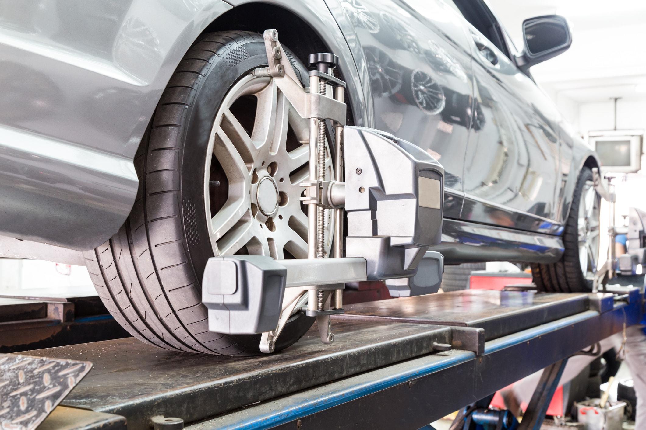 轮胎特写镜头夹住与遭受的对齐的自动轮子对齐