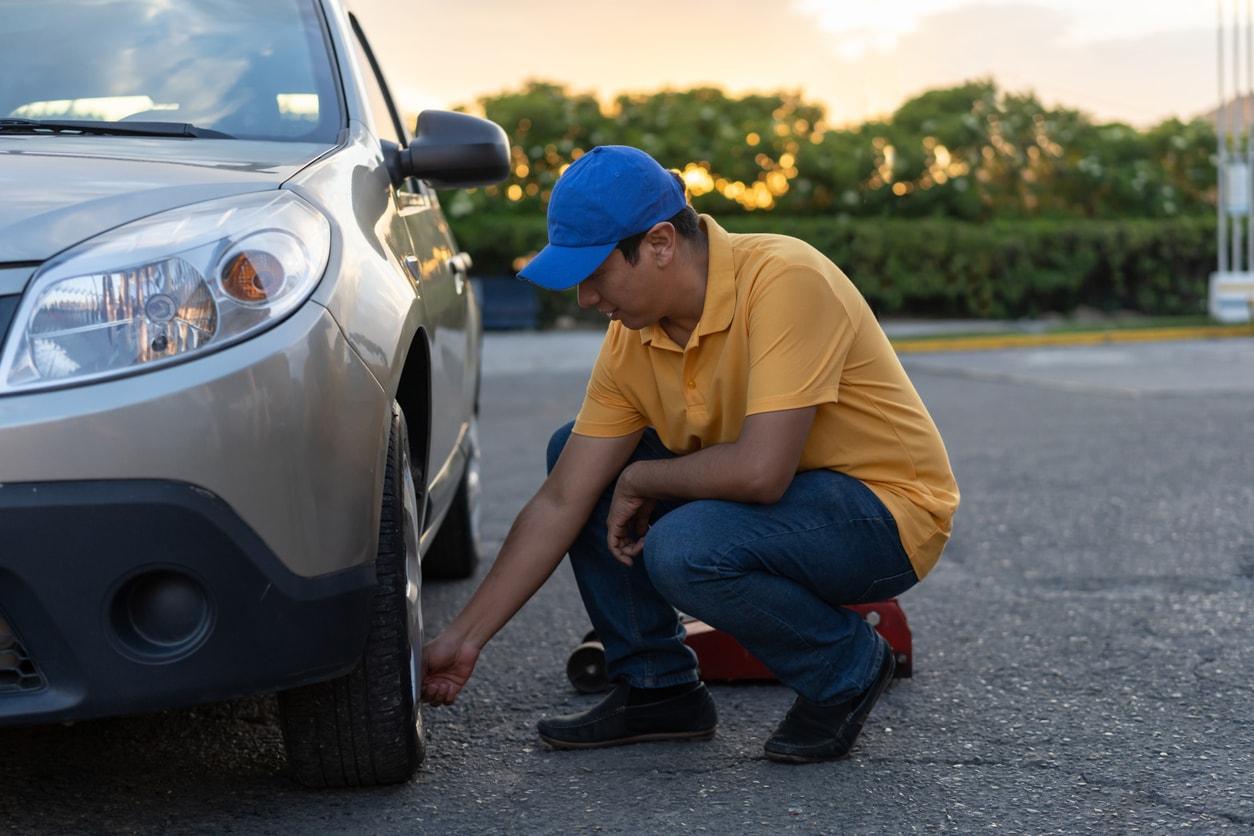 一个男人检查轮胎气压的图像