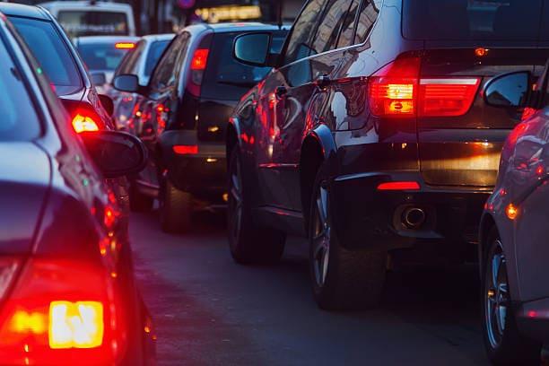 一系列刹车灯亮着的汽车的图像